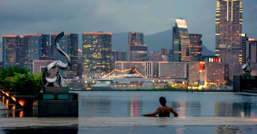 qFour Seasons Hotel Hong Kong Infinity Pool.